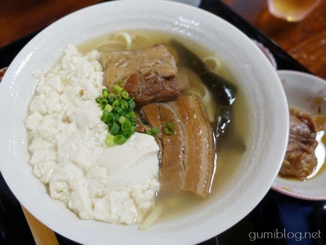 ソーキ・ゆし豆腐などが味わえる全部のせが人気の二見そば@沖縄本島北部名護