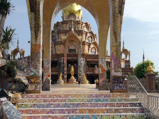 【ワット・プラタート・パーソーンケーオ】の見どころはモザイク寺!タイの陶器ベンジャロン焼きがキラキラ美しい