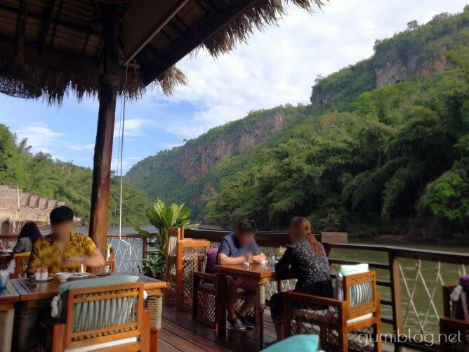 タイ・カンチャナブリの人気水上ホテルで流れ星を見よう!ザ・フロートハウス・リバークワイのレストラン席