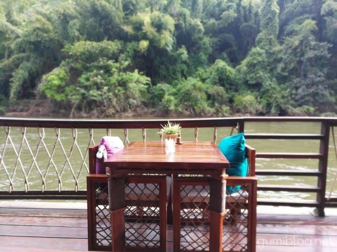 タイ・カンチャナブリの人気水上ホテルで流れ星を見よう!ザ・フロートハウス・リバークワイのレストランの椅子