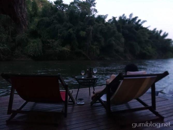タイ・カンチャナブリの人気水上ホテルで流れ星を見よう!ザ・フロートハウス・リバークワイのバルコニー