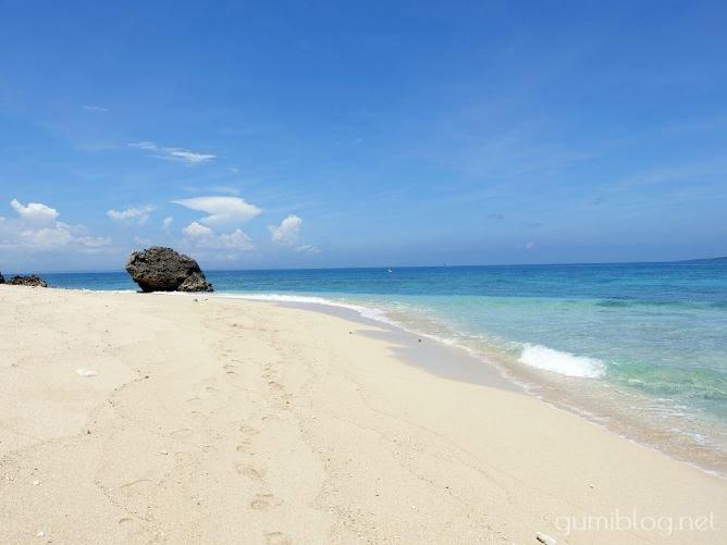 コマカ島の白く美しい砂浜と透明度バツグンのきれいな海