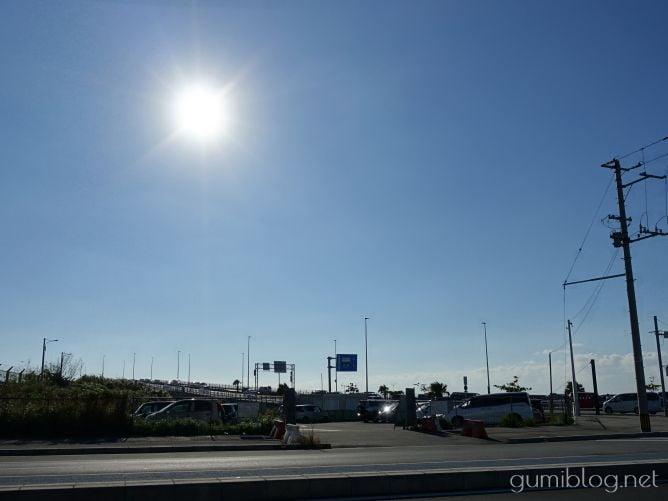 無料の仮設駐車場からカーミージーの海への行き方は徒歩数分