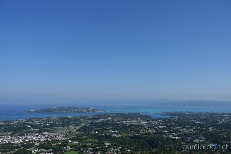 雰囲気は開放的!乙羽岳森林公園展望台からは古宇利島が望める