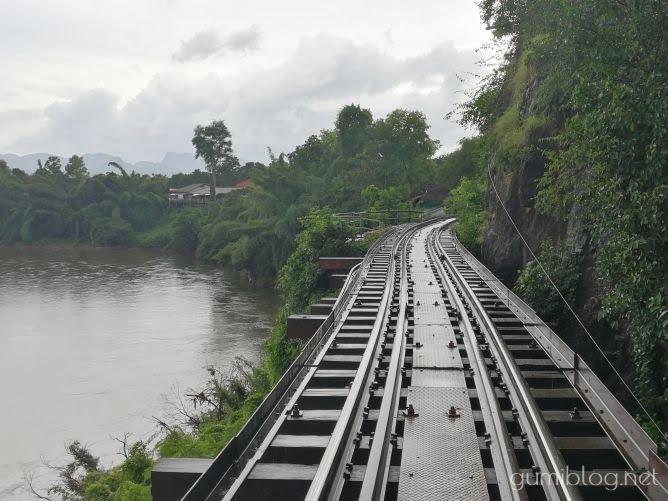 カンチャナブリ観光4.泰緬鉄道が通る「クウェー川鉄橋」と「アルヒル桟道橋」