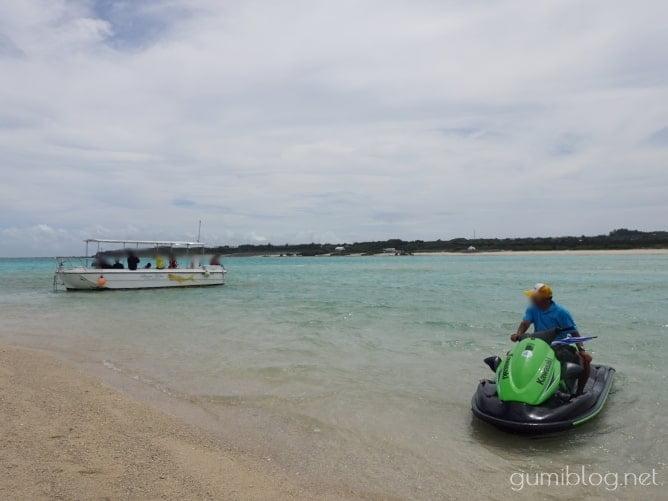 与論島百合ヶ浜のグラスボートと水上バイク
